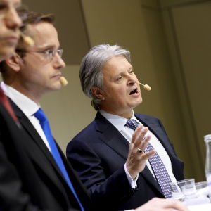 Nordeas verkställande direktör Casper von Koskull (till höger), chefen för Nordeas förmögenhetsförvaltning Snorre Storset och wholesale banking-chefen Erik Ekman vid en presskonferens i Stockholm den 7 april 2016.