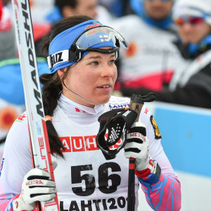 Besviken Krista Pärmäkoski håller i sina skidor och stavar.