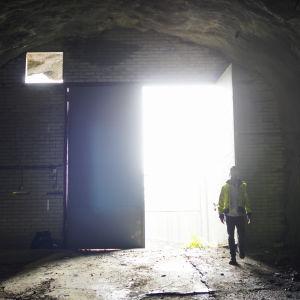 Dörren ut ur Kronbergets oljetunnlar, framför den öppna dörren Christian Airas från Skanska.