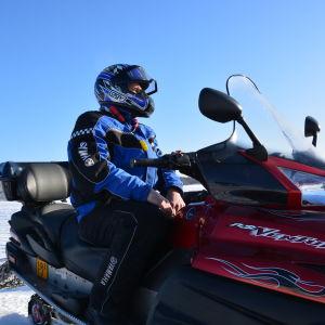 Håkan Bodö från Waasa Snowmobile på isen utanför Gerby i Vasa.