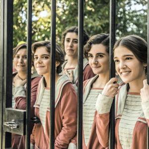 Tyttökoulun oppilaita, etualalla Margarita (Lucía Díez), Candela (Elena Gallardo) ja Flavia (Carla Campra) sarjassa La otra mirada - Toinen katse