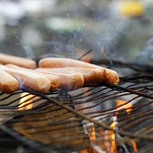 Grillkorv på grill.