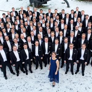 kuvassa Polyteknikkojen Kuoro ja kuoronjohtaja Saara Aittakumpu