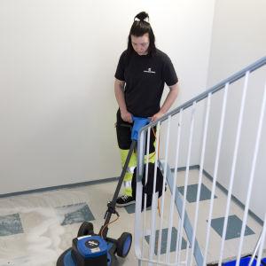 Henkilökuva siivooja Saana-Riikka Lahtisesta