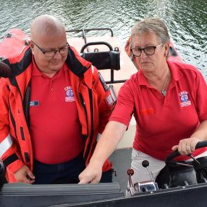 Susanne Piekkala och Petri Heikkilä sitter på förarbänkarna till räddningsbåten.