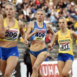 Sara Kuivisto springer då damkampen avslutas med 800 meter klockan 17.35.