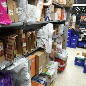 En massa paket på hyllor och på golvet på en K-Supermarket-affär den 22 december 2018 i Esbo.