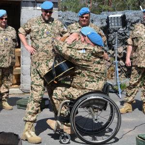 Joukko YK-veteraaneja iloisissa jälleennäkemisen tunnelmissa