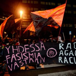 "En banner med texten ""Yhdessä fasismia vastaan, rage against racism""."