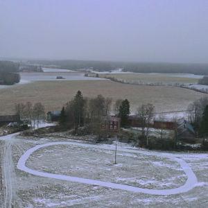 Drönarbild av Wahlrooska hästsportcenter i Korsholm som håller på att byggas vid en gammal gård med tillhörande åkrar.