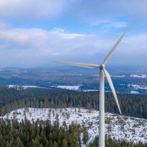Vindkraftverk i vinterlandskap i Sverige.