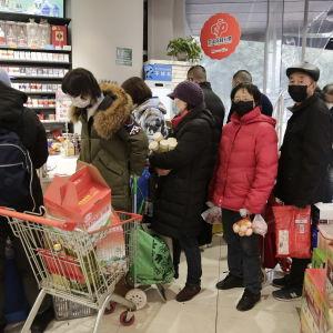 Invånare i Wuhan köar i en matbutik den 23 januari 2020.