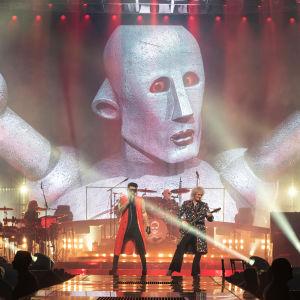Queen med Adam Lambert live i Berlin 19.6.2018. Queens stora robotmaskot i bakgrunden.