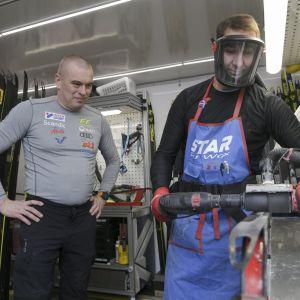 Aki Hukka ser på då Antti Suoniemi borstar en skidbotten.