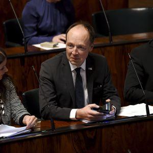Sannfinländarnas ordförande Jussi Halla-aho i mitten. Han sitter i plenisalen.