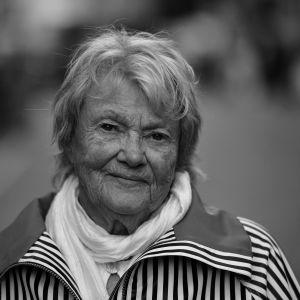 Svartvit bild på äldre kvinna. Kvinnan är författaren Maj Sjöwall.