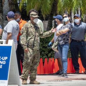 Ihmiset jonottavat koronavirustestiasemalla Miami Beachilla Floridan osavaltiossa.