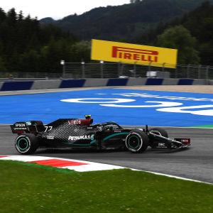 Valtteri Bottas kör sin svarta Mercedes i Österrike.