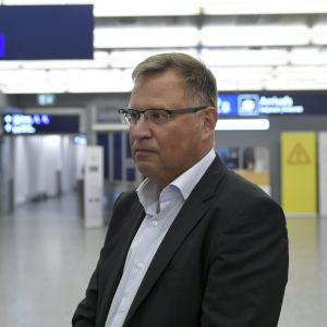 Pekka Tulokas står på Helsingfors-Vanda flygplats.