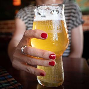 Henkilö juo olutta ravintolassa.