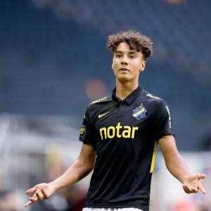 Robin Tihi i AIK:s tröja.