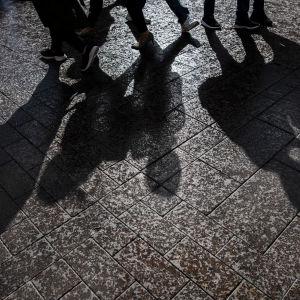 Kuvassa on maahan piirtyviä varjoja Helsingin keskustassa elokuussa 2020.