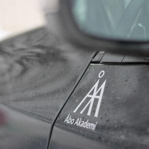 En svart bil med bokstäverna ÅA på sidan.