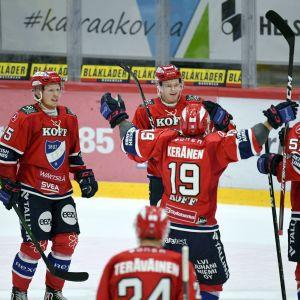 HIFK-spelare jublar.
