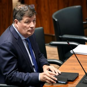 Arto Satonen sitter i riksdagen.