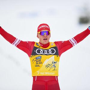 Aleksandr Bolsjunov sträcker armarna i luften