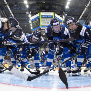 Finlands damlandslag samlat framför målburen.