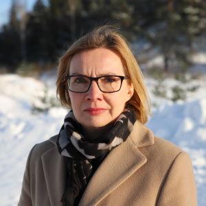 Kvinna står utomhis i vinterlandskap med snö och skog bakom sig. Kati Arell har i fyra månaders tid försökt få sina pengar från bolaget.