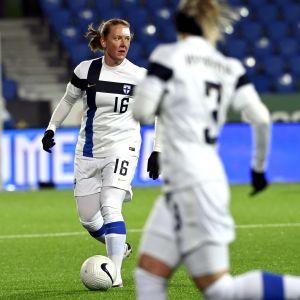 Anna Westerlund har bollen och ett plåster i pannan
