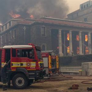 Universitetsbiblioteket i Kapstaden i lågor