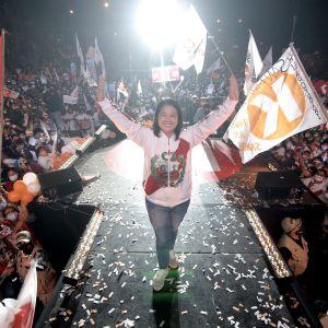 Den peruanska presidentkandidaten Keiko Fujimori under ett valmöte med sina anhängare omkring sig.
