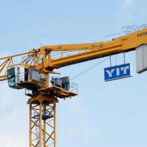 Keltainen YIT:n nosturi Kivistön asuinalueella Vantaalla 29 heinäkuuta.