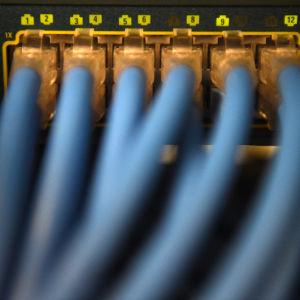 Datakablar i ett serverrum.