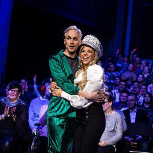 Krista Siegfrids ja Christoffer Strandberg halaavat toisiaan