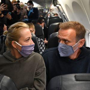 Aleksej Navalnyj med sin hustru Julija på planet från Berlin till Moskva 17.1.2021.