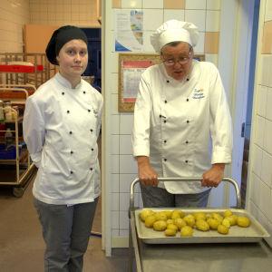 Lärare och elev i kockutbildningens övningskök.