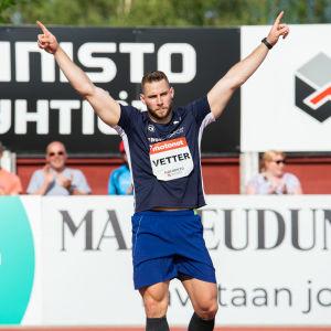 Johannes Vetter sträcker armarna mot luften.
