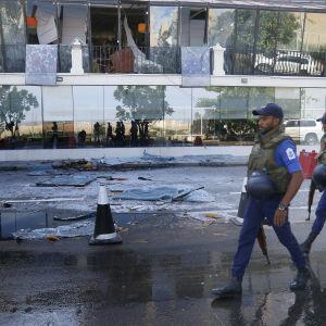 Krossade fönsterrutor efter bombattentat mot ett hotell i Sri Lanka.