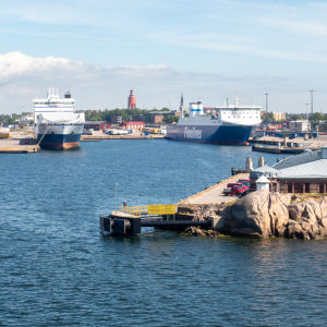 Hangö hamn. Sommar. Några blå-vita Finnlines båtar i hamn. Bilden är tagen från havet mot land. I bakgrunden kan man skymta Hangös vattentorn.