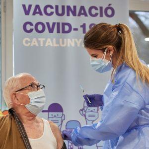 Äldre personer är bland de första som får coronavaccin i Spanien.
