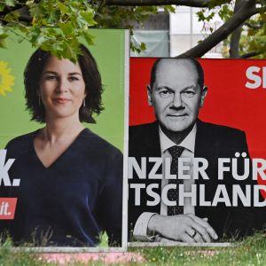 Valplakat med tyska politikerna Annalena Baerbock, Olaf Scholz och Armin Laschet.