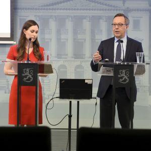 Sanna Marin (SDP) och Mika Lintilä (C) håller presskonferens om regeringens första tilläggsbudget.
