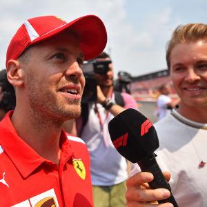 Nico Rosberg intervjuar Sebastian Vettel.