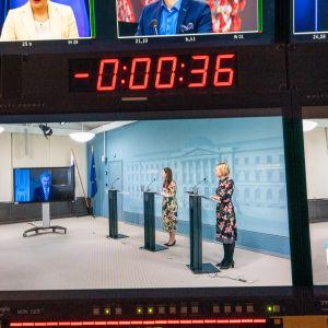 Bild på en kameraskärm som visar Sanna Marin och Sauli Niinistös presstillfälle.