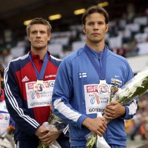 Andreas Thorkildsen och Tero Pitkämäki står på prispallen och blickar snett framåt.