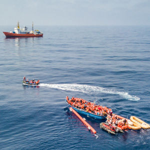 Räddningsinsats för att rädda migranter på Medelhavet.